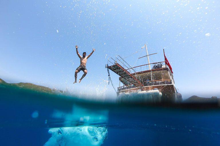 Schiffscharter Griechenland - Sprung ins Wasser
